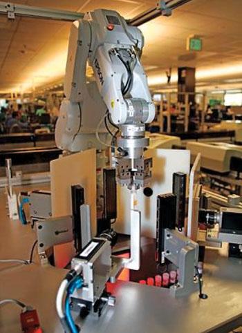 Un sistema de cámara automatizado desarrollado para fotografiar los exteriores de los tubos de las muestras para el análisis óptico de reconocimiento de caracteres y procesamiento de la visión para detectar posibles muestras mal marcadas (Fotografía cortesía de Laboratorios ARUP).