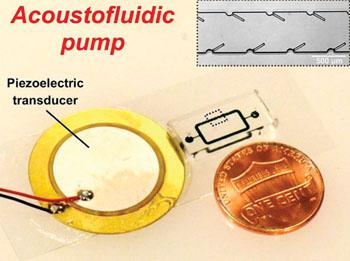 Imagen: Un dispositivo de bombeo de energía acústica con estructuras de oscilación largas de 250 micas, impulsadas por un transductor piezoeléctrico montado en una lámina de vidrio, mostrado al lado de un penique de cobre de los EUA (Fotografía cortesía de Po-Hsun Huang / Tony Jun Huang).
