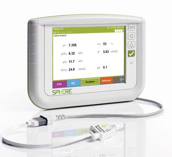 Imagen A: El analizador de gases sanguíneos, arteriales, especial para pacientes, conectado en la línea, Proxima, el cual incorpora el sensor Proxima (al frente) y un monitor de cabecera dedicado (Fotografía cortesía de Sphere Medical).