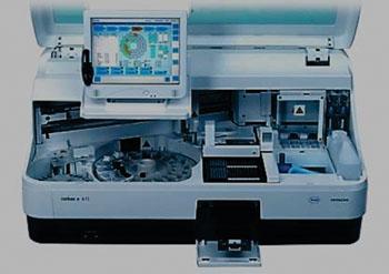 Imagen: El equipo de inmunoanálisis por electroquimioluminiscencia, Elecsys cobas e411 (Fotografía cortesía de Roche Diagnostics).