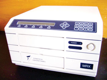 Imagen: El lector de microplacas MRX II (Fotografía cortesía de Dynex Technologies).