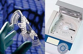 Imagen: El disco desechable de plástico (izquierda) se inserta en la plataforma de detección para los puntos de atención (a la derecha) para el diagnóstico de enfermedades infecciosas (Fotografía cortesía de DiscoGnosis).