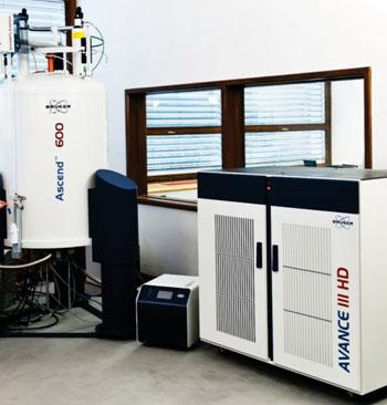 Imagen: El espectrómetro Avance III 600 para el análisis de resonancia magnética nuclear de protones (Fotografía cortesía de Bruker).