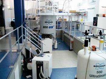 Imagen: Un aparato de  espectroscopia de resonancia magnética nuclear por protones (1H) (RMN) (Fotografía cortesía del Colegio Imperial de Londres).