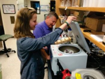 Imagen: El paso de centrifugación es la clave para retirar los biomarcadores de proteínas de la matriz de orina con alta salinidad (Fotografía cortesía de la Universidad de Clemson).