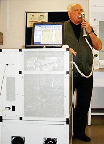 Imagen: Un instrumento de espectrometría de masas con tubos de flujo y ion seleccionado para la medición de compuestos químicos presentes en el aliento exhalado (Fotografía cortesía de la Universidad de Keele).