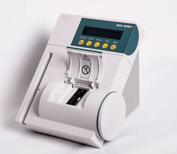 Imagen: El Analizador DCA 2000+ de Bayer es una plataforma para el manejo de la diabetes en el punto de atención que realiza en minutos las pruebas, tanto de la hemoglobina glicosilada HbA1c como de la microalbúmina y la creatinina (Fotografía cortesía de Siemens).