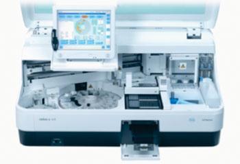 Imagen: El analizador de mesa Elecsys fue diseñado para procesar cargas pequeñas y medianas de trabajo (Fotografía cortesía de Roche).