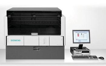 Imagen: El analizador con placa de microtitulación, totalmente automatizado, del Sistema BEP 2000 (MTP) (Fotografía cortesía de Siemens Healthcare).